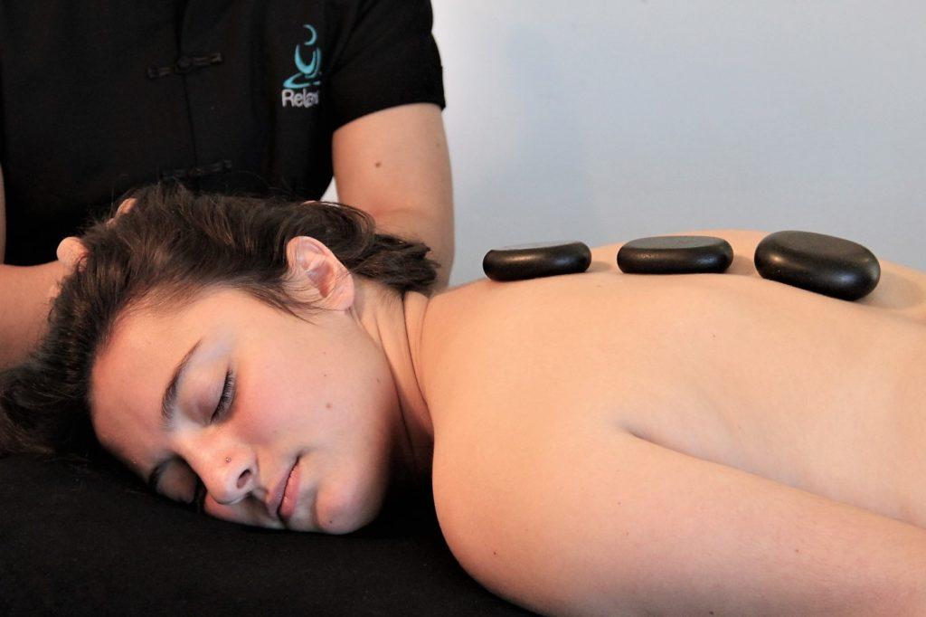 Photo de Massages en entreprise aux pierres chaudes et huiles essentielles bio - 60 minutes